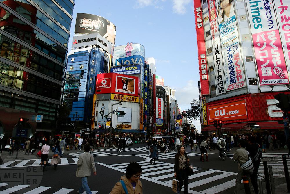 Wets Square in Tokyo is erg druk met veel reclame en drukke kruispunten