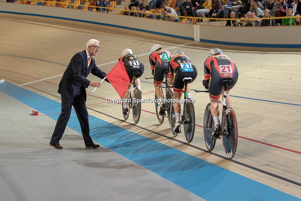 25-11-2018: Wielrennen: NK Baan: Apeldoorn<br />Jurylid Martin Bruijn in actie tijdens het NK