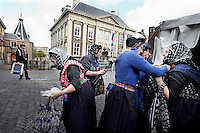 Nederland. Den Haag, 18 september 2007.<br /> Prinsjesdag. Vrouwen in klederdracht uit Spakenburg bij het Torentje van de premier. Hollands,folklore,traditie,traditioneel.<br /> Foto Martijn Beekman <br /> NIET VOOR TROUW, AD, TELEGRAAF, NRC EN HET PAROOL