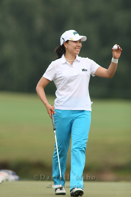 February 18, 2006; Kahuku, HI - Joo Mi Kim acknowledges the crowd after making her putt on the first playoff hole during the final round of the LPGA SBS Open at Turtle Bay Resort...Mandatory photo credit: Darrell Miho.© Darrell Miho