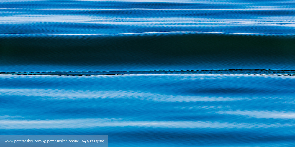 A slow smooth wavelet in blue and aqua.