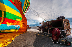 05.02.2018, Zell am See - Kaprun, AUT, BalloonAlps, im Bild ein Ballon wird auf seine Fahrt vorbereitet und beheizt // a hot air balloon is prepared and heated for his trip during the International Balloonalps Week, Zell am See Kaprun, Austria on 2018/02/05. EXPA Pictures © 2018, PhotoCredit: EXPA/ JFK