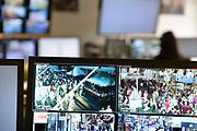 Nederland, Nijmegen, 17-7-2017 ALLEEN TE GEBRUIKEN MBT BERICHTGEVING OVER DE CROWDCONTROL BIJ DE NIJMEEGSE VIERDAAGSE. Controlekamer voor de beveiligingscameras van de politie tijdens de vierdaagse , vierdaagsefeesten, om het publiek te observeren en indien nodig te sturen. Van hieruit kunnen de mededelingenborden in de binnenstad aangestuurd worden, de surveillanten, de matrixborden van de toegangswegen rond Nijmegen. Zo kan men de drukte en de mensenmassa sturen van het ene drukke punt naar een wat rustiger punt. Crowd Control . Sommige agenten krijgen tijdens de Vierdaagse een camera op de schouder die live beelden doorzendt naar het politiebureau in de Stieltjesstraat in Nijmegen . Foto: Flip Franssen
