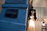 USA New York City ManhattanVersace Fifth Avenue Shopping Mode Strassenszene Weihnachtsdekoration Schaufenster Reflektion Weihnachtsgeschaeft Weihnachten Wirtschaft Handel Stadtansicht Konsum einkaufen Amerika.