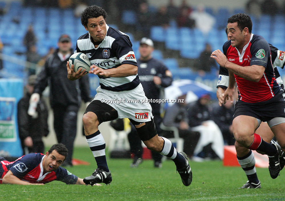Doug Howlett on his way to score for Auckland during the Air New Zealand Cup rugby union match between Auckland and Tasman at Eden Park, Auckland, New Zealand on Sunday 6 August, 2006. Auckland won the match 46 - 6. Photo: Hannah Johnston/PHOTOSPORT<br />