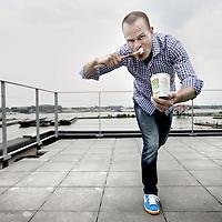 Nederland, Amsterdam , 7 juni 2012..Erben Wennemars (Dalfsen, 1 november 1975) is een Nederlands voormalig langebaanschaatser. Hij was gespecialiseerd in de sprint- en middenafstanden 500, 1000 en 1500 meter. Hij is in 2010 enige tijd presentator bij BNN geweest..Op de foto Erben Wennemars met zijn product Erbens natuurijs..Erbens Natuurijs is heerlijk fris biologisch yoghurtijs zonder gedoe in verschillende smaken..Foto:Jean-Pierre Jans