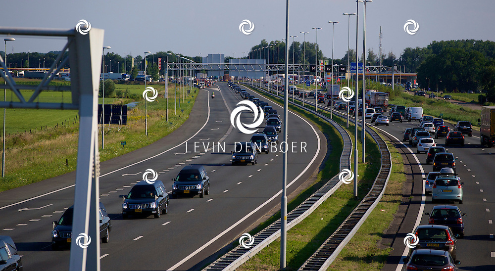 ZALTBOMMEL - De Rouwstoet die vertrok vanuit Eindhoven onderweg over de A2 richting Hilversum. FOTO LEVIN DEN BOER - PERSFOTO.NU