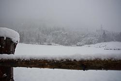 25.10.2010, Kaprun, AUT, Wintereinbruch Salzburger Land, im Bild ein Holzzaun mit Schnee bedeckt mit Blick auf einen winterlichen Wald, EXPA Pictures © 2010, PhotoCredit: EXPA/ J. Feichter