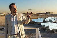 ABU DHABI, EMIRATS ARABES UNIS - 19 JANVIER 2016: Diplomé du PROMES CNRS, Dr. Nicolas Clavet est arrivé au Masdar Institute of Science and Technology (MIST) en 2013. Il dirige le groupe de recherche sur le stockage d'énergie thermique et il est responsable de la plateforme solaire du Masdar Institute.