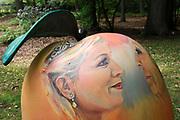 Appeltjes van Soestdijk<br /> <br /> Deze zomer staan de paleistuinen van Paleis Soestdijk volledig in het teken van de Appeltjes van Soestdijk. De kleurrijke collectie van maar liefst 50 beschilderde appels is vanaf 30 april te zien en voert u door de prachtige tuinen. De appels hebben een doorsnee van maar liefst een meter. De kunstenaars hebben zich laten inspireren door o.a. Koninklijke familieportretten, paleizen, landschappen, geschiedenis en toekomst van ons vorstenhuis. <br /> <br /> Apples of Soestdijk<br /> <br /> This summer, the palace gardens of Soestdijk are completely dominated by the Apples of Soestdijk. The colorful collection of no less than 50 painted apples can be seen from April 30 and run through the beautiful gardens. The apples have a diameter of no less than one meter. The artists were inspired by ao royal family portraits, palaces, landscapes, history and future of our dynasty.<br /> <br /> Op de foto / On the photo:  Koningin Maxima en Prinses Beatrix