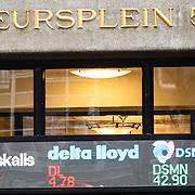 NLD/Amsterdam/20160121 - Winkels in het Amsterdamse straatbeeld, gebouw van Beursplein 5 Amsterdam met de koersen op de gevel