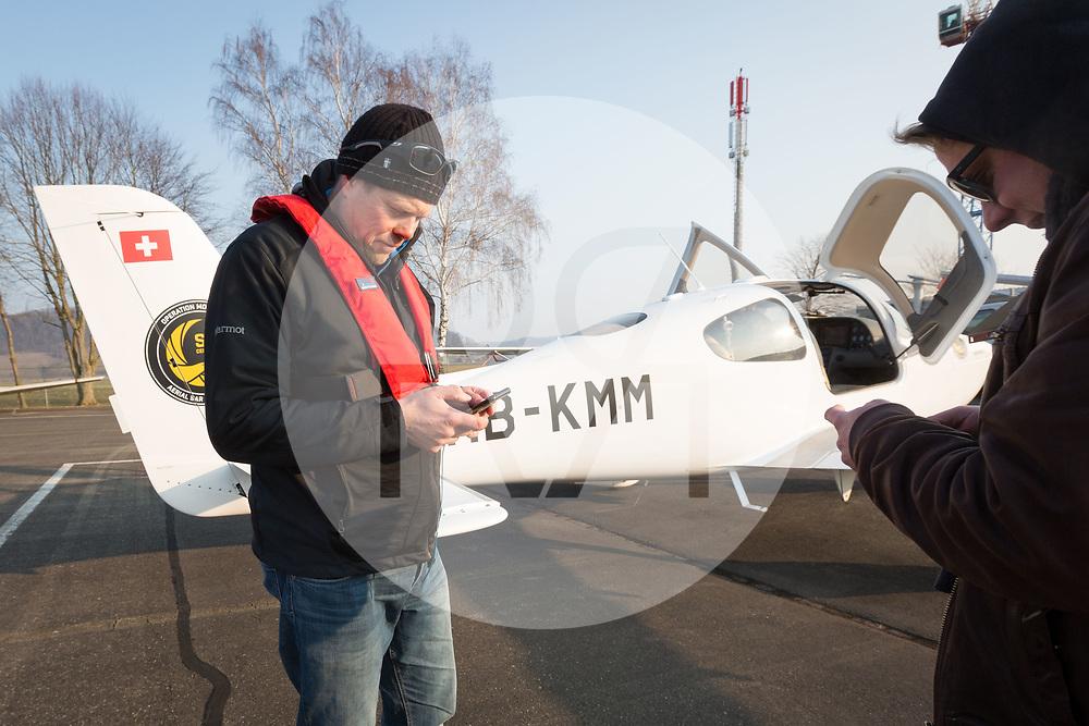 SCHWEIZ - LUPFIG - Räto Vitins (L), Chefpilot HPI, und seinen Co-Piloten machen die 'Moonbird' für den Flug nach Malta startklar. Die 'Moonbird' von der Humanitäre Piloten Initiative (HPI) wird auf dem Mittelmeer Ausschau halten nach seeuntauglichen Flüchtlingsbooten, damit diese von Sea-Watch.org und anderen Hilfsorganisationen gerettet werden können. - 28. Februar 2018 © Raphael Hünerfauth - http://huenerfauth.ch