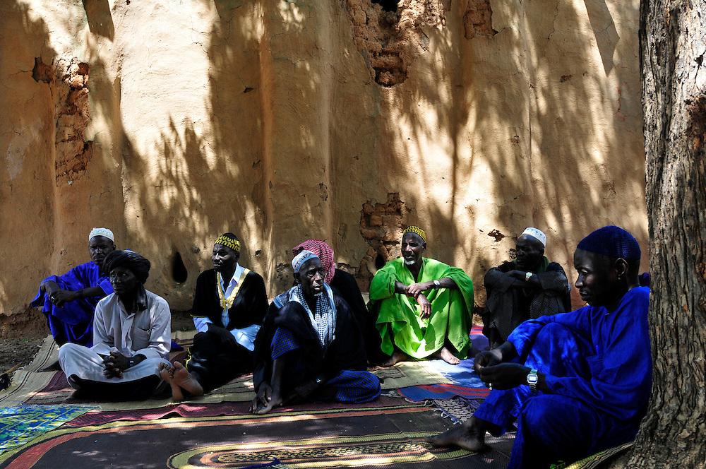 Les chefs d'un village Solinke discoutent le projet de barrage construit avec l'appui du GRDR pour mieux gérer la ressource d'eau dans cette région du Sahel..Moussala, Mali. 11/09/2010..Photo © J.B. Russell