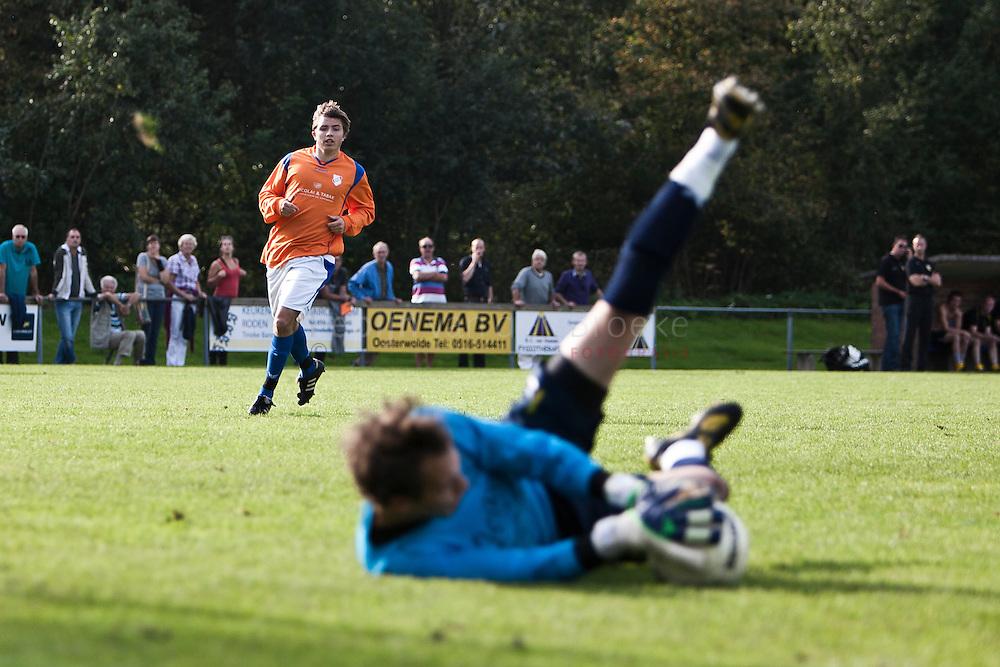 Roden 20110924.amateurvoetbal onr-vev'67. Mats  Wolthuis (ONR 11) ziet redding van Vev doelman Bert Jan Vos.  kilometers: 51
