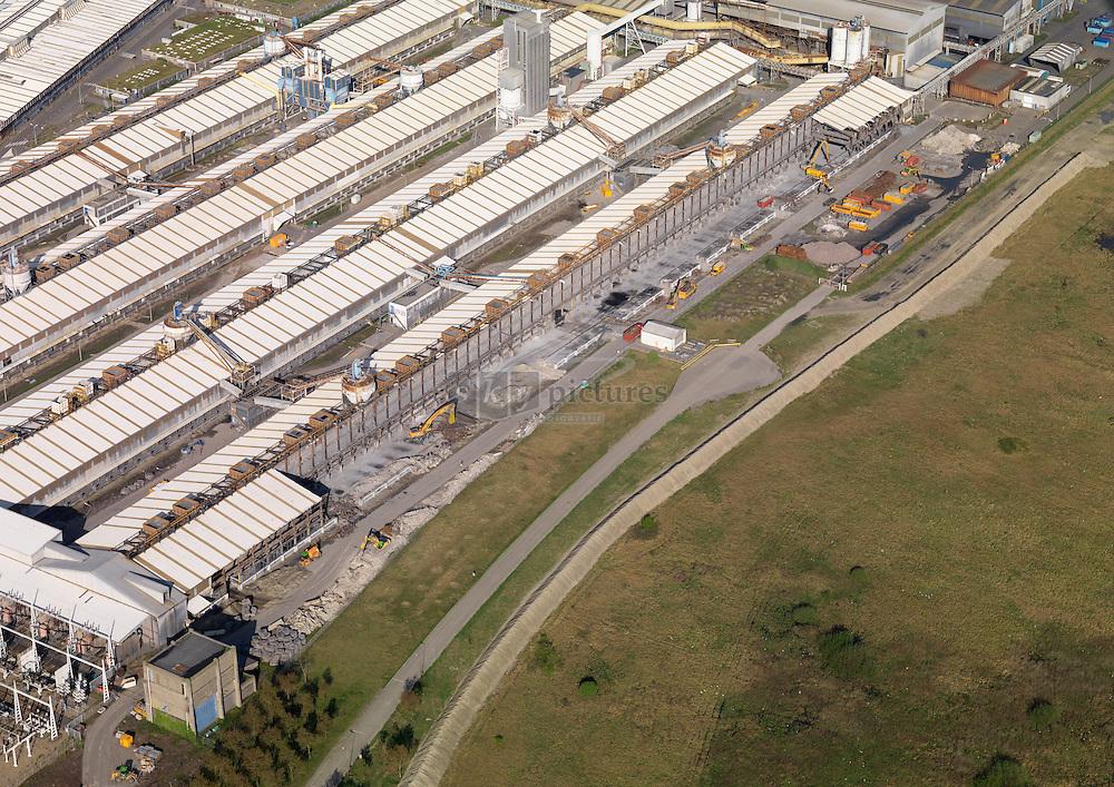 Sloop van deel van de gebouwen van het failliete zalco, producent van aluminium in het havengebied van Vlissingen