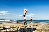 Vendedor ambulante na Praia do Matadeiro. Florianópolis, Santa Catarina, Brasil. / Peddler at Matadeiro Beach. Florianopolis, Santa Catarina, Brazil.