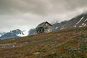 whaling hut on remote arctic coast in summer. Ahlstrandhalvoya, Bellsund, Spitsbergen, Svalbard archipelago, Norway, Scandinavia