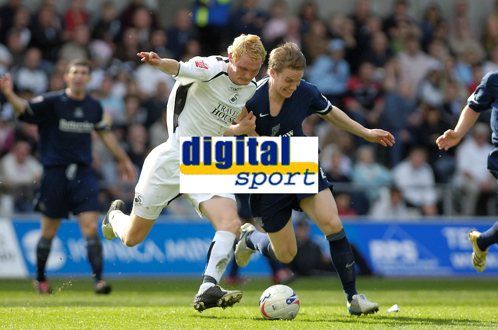 Photo: Adam Davies.<br />Swansea City v Southend United. Coca Cola League 1. <br />29/04/2006.<br />Southend's Freddy Eastwood and Swansea's Shaun Macdonald.