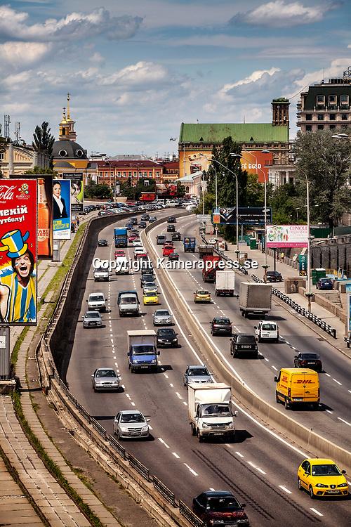 Kiev Ukraina 2012 <br /> trafikerad v&auml;g i centrala Kiev<br /> <br /> FOTO : JOACHIM NYWALL KOD 0708840825_1<br /> COPYRIGHT JOACHIM NYWALL<br /> <br /> ***BETALBILD***<br /> Redovisas till <br /> NYWALL MEDIA AB<br /> Strandgatan 30<br /> 461 31 Trollh&auml;ttan<br /> Prislista enl BLF , om inget annat avtalas.