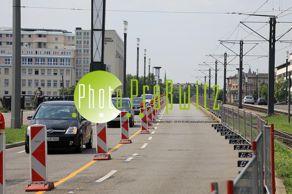 Mannheim. 28.07.14 Die stadtausw&auml;rtigen Fahrspuren der 8 Jahre alten Friedrich-Ebert-Br&uuml;cke werden saniert. Bis Mitte Oktober wird unter anderem der Belag der Fahrbahn erneuert. Die Belagsarbeiten werden halbseitig im Wechsel ausgef&uuml;hrt. Start der Ma&szlig;nahme ist am Samstag, 26. Juli, mit der linken Fahrspur entlang der Gleise.<br />  <br /> Nach Abschluss der Bauarbeiten am linken Fahrstreifen geht es in der letzten Augustwoche auf der rechten Fahrspur weiter. Im zweiten Bauabschnitt muss der Geh- und Radweg f&uuml;r die Erneuerung des Fahrbahnrands und der so genannten Schrammborde auf einer L&auml;nge von 300 Metern auf zirka 2,75 Meter verengt werden.<br /> Bild: Markus Pro&szlig;witz 28JUL14 / masterpress