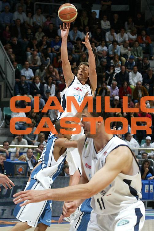 DESCRIZIONE : Bologna Lega A1 2005-06 Play Off Semifinale Gara 1 Climamio Fortitudo Bologna Carpisa Napoli <br /> GIOCATORE : Belinelli <br /> SQUADRA : Climamio Fortitudo Bologna <br /> EVENTO : Campionato Lega A1 2005-2006 Play Off Semifinale Gara 1 <br /> GARA : Climamio Fortitudo Bologna Carpisa Napoli <br /> DATA : 01/06/2006 <br /> CATEGORIA : Tiro <br /> SPORT : Pallacanestro <br /> AUTORE : Agenzia Ciamillo-Castoria/L.Villani <br /> Galleria : Lega Basket A1 2005-2006 <br /> Fotonotizia : Napoli Campionato Italiano Lega A1 2005-2006 Play Off Semifinale Gara 1 Climamio Fortitudo Bologna Carpisa Napoli <br /> Predefinita :