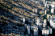 La vista aérea de las zonas marginales de la ciudad de Caracas. Muestra las miles de casas construidas cerro arriba. Al pie del cerro los edificio que son rodeados por la sobre población. Caracas, 19-09-2005 (Ramón Lepage / Orinoquiaphoto)  )   Aerial view the city of Caracas. The city with its Modern arquitecture, Highways and contrast between the rich and poor neighborhoods is surrounded by the Avila National Park and many hills around the valley where the shanty Towns or ´´barrios¨ have grown to become one the largest in Latin America.  (Ramón Lepage / Orinoquiaphoto)..