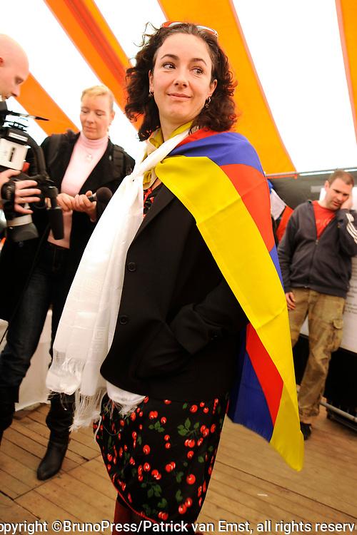 Het Ticket for Tibet festival op de NDSM-werf in Amsterdam was zondag 9500 mensen aanwezig.<br /> De organisatie wil met het festival protesteren tegen wat zij noemt de bezetting van Tibet door China. <br /> <br /> Op de foto: <br /> <br />  Tweede Kamerlid Femke Halsema (GroenLinks) met tibetaanse vlag