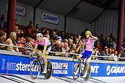 Jasper de Buyst (rechts) zweept het publiek op tijdens de koppeltijdrit. In Amsterdam vindt de Zesdaagse van Amsterdam plaats, een groots wielerevenement in het velodrome.<br /> <br /> Pim Ligthart and Jasper de Buyst at the Six Days of Amsterdam, a major cycling event in the velodrome.
