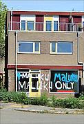 Nederland, Nijmegen, 6-8-2015Een huis in Hatert is beklad door sympathisanten van de RMS. Deze straten vormen de Molukse wijk in Hatert, en men wil dat ze door de woningbouwvereniging aan Molukkers worden toegewezen. De Nijmeegse woningcorporatie Portaal wil de historische afspraak dat vrijkomende woningen in de Molukse buurt naar Molukkers gaan, tegen het licht houden. FOTO: FLIP FRANSSEN/ HOLLANDSE HOOGTE