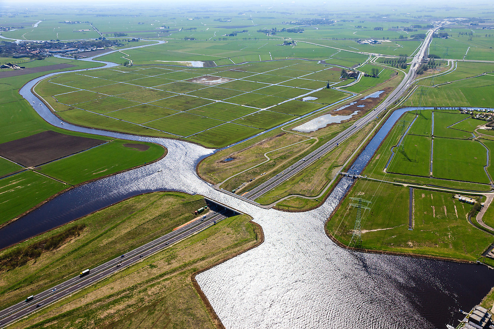Nederland, Friesland, Waldwei, 01-05-2013; Aquaduct Langdeel. Het aquaduct ligt ten zuiden van Leeuwarden bij de wijk Zuiderburen en maakt deel uit van de Waldwei (N31). Het kanaal Langdeel is onderdeel van de staande mastroute.<br /> Aqueduct Langdeel near Leeuwarden, North Netherlands, next to the newly constructed residential area Zuiderburen (Southern neighbours). It crosses the motorway N31<br /> luchtfoto (toeslag op standard tarieven);<br /> aerial photo (additional fee required);<br /> copyright foto/photo Siebe Swart