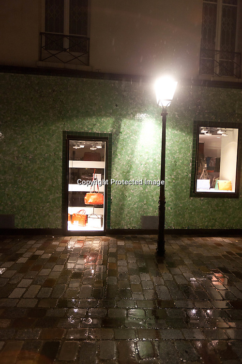 Rue des rosiers in le marais at night paris /// rue des rosiers sous la pluie la nuit