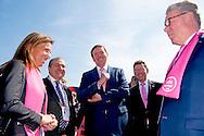 6-5-2016 APELDOORN - Koning Willem alexANDER Aleksandr Vinokoerov is vrijdag 6 mei 2016 aanwezig bij de start van de 99e editie van de Giro d&rsquo;Italia in Apeldoorn. De Koning is aanwezig op de startlocatie, rijdt mee in een volgauto en woont de huldiging en prijsuitreiking bij. Koning Willem-Alexander tijdens de start van de Giro d'Italia in Apeldoorn Koning Willem-Alexander bij team Giant Alpecin in gesprek met Tom Dumoulin tijdens de start van de Giro d'Italia in Apeldoorn. COPYRIGHT ROBIN UTRECHT <br /> 6-5-2016 APELDOORN - King Willem Alexander is present Friday, May 6th, 2016 at the start of the 99th edition of the Giro d'Italia in Apeldoorn. The King was present at the start location, driving along in a following car and attends the ceremony and prize giving at. COPYRIGHT ROBIN UTRECHT