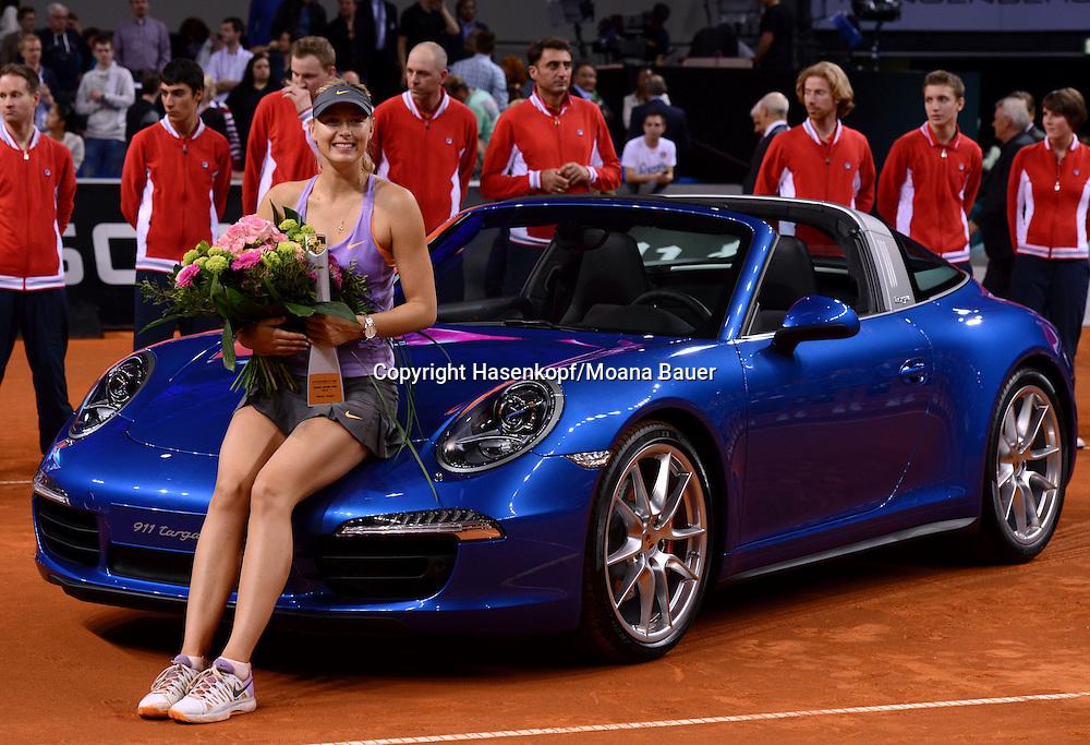 Porsche Grand Prix 2014 in Stuttgart, internationales WTA Damen Tennis Turnier, Porsche Arena,Siegerin Maria Sharapova (RUS) sitzt auf ihrem blauen Porsche und präsentiert ihren Pokal.