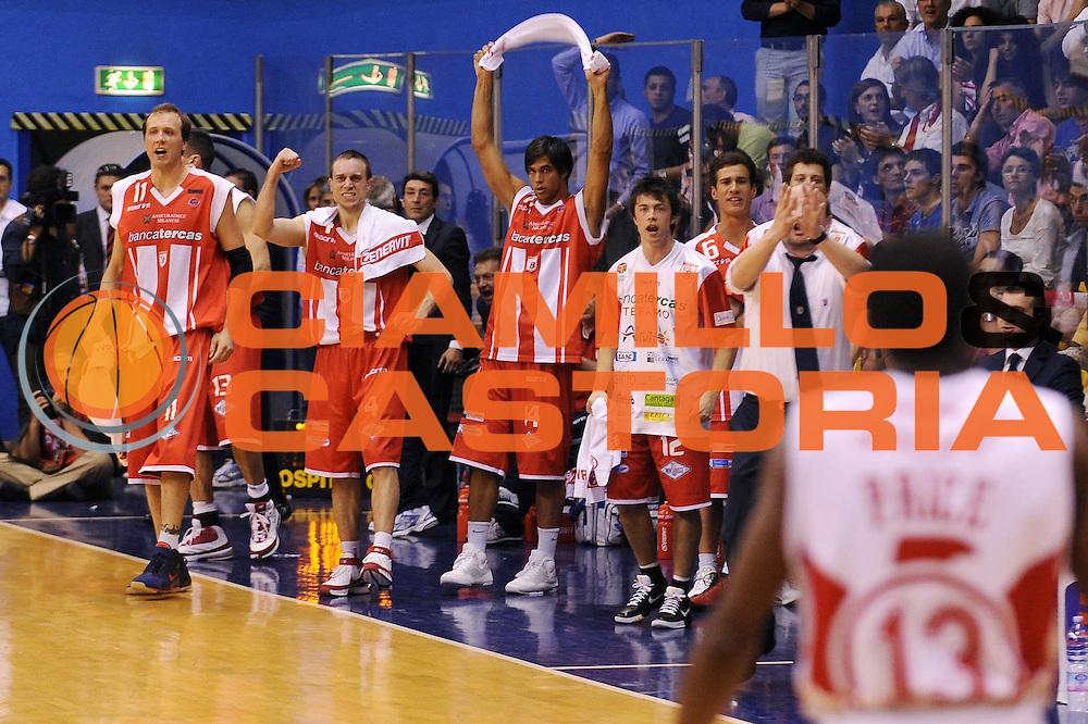 DESCRIZIONE : Milano Lega A 2008-09 Playoff Quarti di finale Gara 2 Armani Jeans Milano Bancatercas Teramo<br /> GIOCATORE : team Teramo<br /> SQUADRA : Bancatercas Teramo<br /> EVENTO : Campionato Lega A 2008-2009<br /> GARA : Armani Jeans Milano Bancatercas Teramo<br /> DATA : 20/05/2009<br /> CATEGORIA : esultanza<br /> SPORT : Pallacanestro<br /> AUTORE : Agenzia Ciamillo-Castoria/A.Dealberto