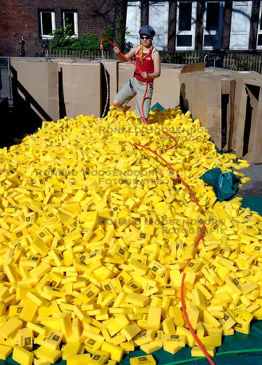 15-04-2007 ATLETIEK: FORTIS MARATHON: ROTTERDAM<br /> In Rotterdam werd zondag de 27e editie van de Marathon gehouden. De marathon werd rond de klok van 2 stilgelegd wegens de hitte en het grote aantal uitvallers / Lopers krijgen eindelijk hun verfrissing en vocht - item hitte warmte water en sponzen bij de marathon<br /> &copy;2007-WWW.FOTOHOOGENDOORN.NL