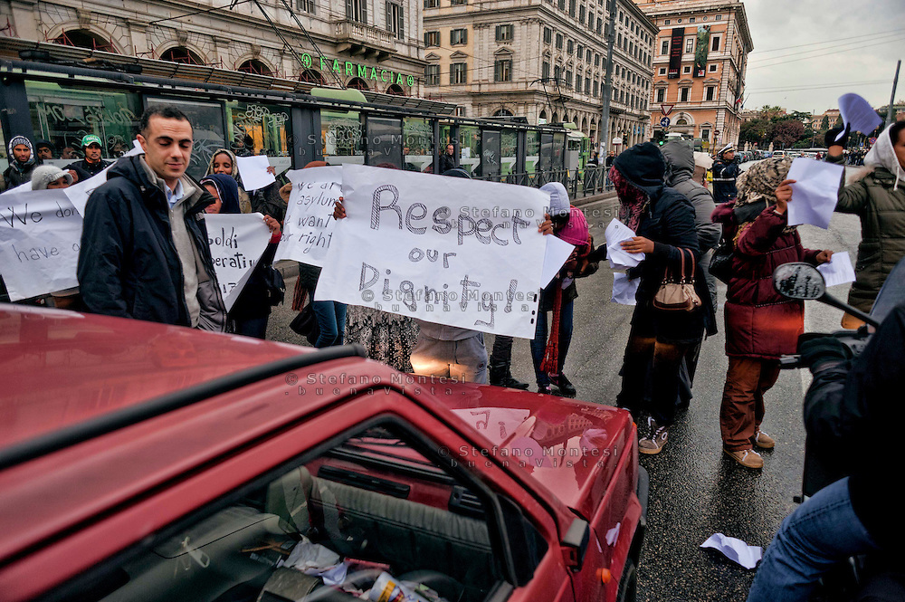 Roma  21 Dicembre 2012.Manifestazione con blocco stradale in Via Giolitti davanti alla Stazione Termini, da parte  di immigrate richiedenti asilo che chiedono  di essere riconosciuti come rifugiati politici  e che venga rispettata la loro dignità e i loro diritti..Rome December 21, 2012.Manifestation with roadblock  in Via Giolitti in front of the Termini railway station by immigrant asylum seekers who apply to be recognized as political refugees, and the respect of their dignity and their rights.