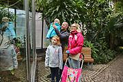 """Mannheim. 02.01.18   <br /> Luisenpark. Feature im Pflanzenschauhaus. Viele Besucher, darunter Familien, nutzen die """"Freien Tage"""" nach Weihnachten und Neujahr für einen Besuch im Luisenpark.<br /> - Familie Bartholomä aus Schifferstadt. <br /> - v.l. Leana, Thorsten, Luisa und Lorena<br /> Bild: Markus Prosswitz 02JAN18 / masterpress (Bild ist honorarpflichtig - No Model Release!) <br /> BILD- ID 00442  """