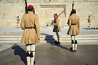 Grece, Attique, Athenes, releve de la garde présidentielle devant le parlement par les Evzones devant le Monument du soldat inconnu// Greece, Attica, Athens, Syntagma Square, Parliament Buildings, Evzone Guards during the changing of the guard ceremony at the tomb of the unknown soldier