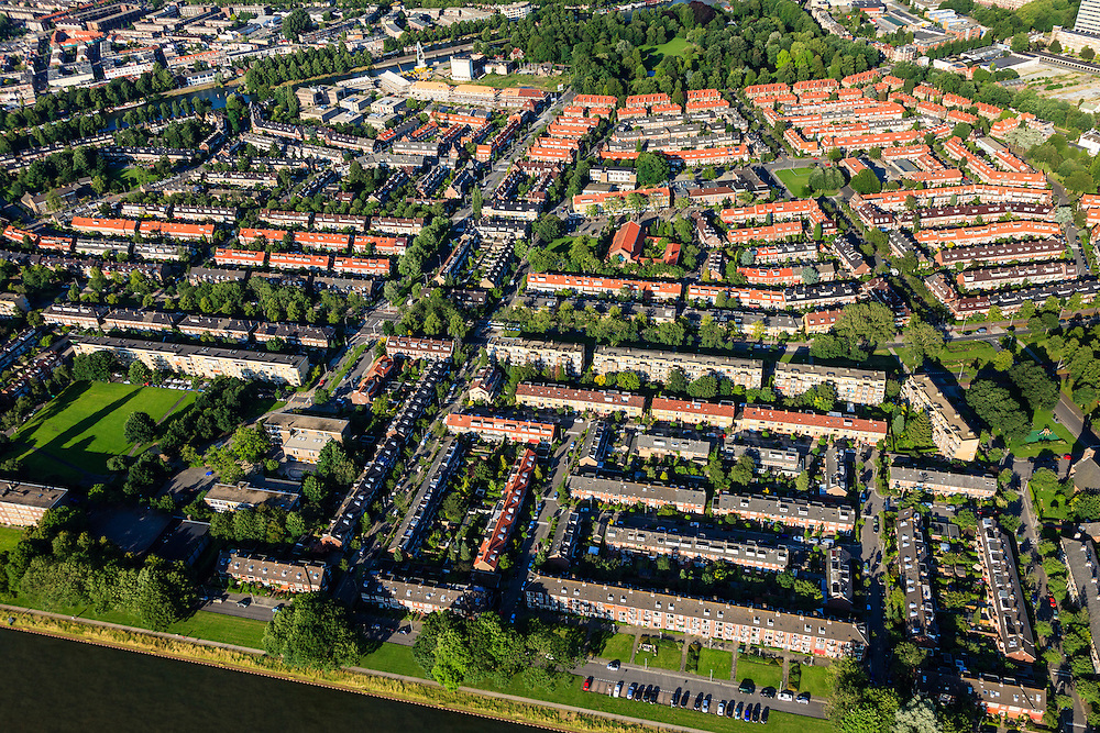 Nederland, Provincie, Plaats, 15-07-2012;..QQQ.luchtfoto (toeslag), aerial photo (additional fee required)Nederland, Utrecht, Utrecht, 15-07-2012; de wijk Halve Maan, direct naast het Amsterdam-Rijnkanaal. De wijk maakt onderdeel van uit van het stadsdeel Oog en Al en stamt uit de  jaren vijftig, de wederopbouwperiode. Kenmerkend zijn laagbouw en portiek-flats. Links het groen van het Victor Hugoplantsoen..Overview of the Halve Maan (Crescent) neighborhood, part of district Eye and Al. Low-rise flats and single-family houses. The neighborhood dates from the fifties, the post-war reconstruction period..luchtfoto (toeslag), aerial photo (additional fee required).foto/photo Siebe Swart.foto/photo Siebe Swart