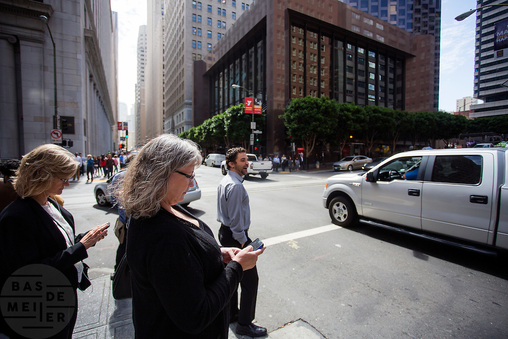 Zakenvrouwen in de Financial District in San Francisco waar veel hoofdkantoren van banken en grote ondernemingen zijn gevestigd. De Amerikaanse stad San Francisco aan de westkust is een van de grootste steden in Amerika en kenmerkt zich door de steile heuvels in de stad.<br /> <br /> Business women at the Financial District of San Francisco where headquarters of banks and financial companies are located. The US city of San Francisco on the west coast is one of the largest cities in America and is characterized by the steep hills in the city.