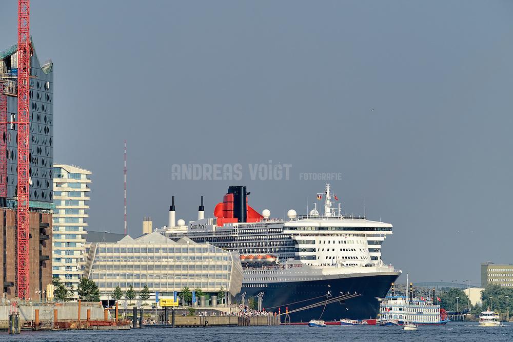 Die Queen Mary II hat festgemacht am Terminal Hafencity neben dem Unilever-Gebäude, dem Marco-Polo-Turm und der immer noch im Bau befindlichen Elbphilharmonie.
