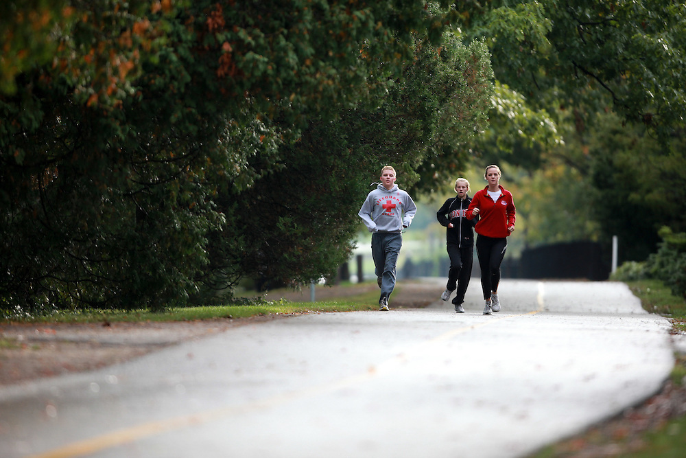 London, Ontario ---09-10-03--- Runners jog through Springbank park in London, Ontario.<br /> <br /> GEOFF ROBINS Mundo Sport Images