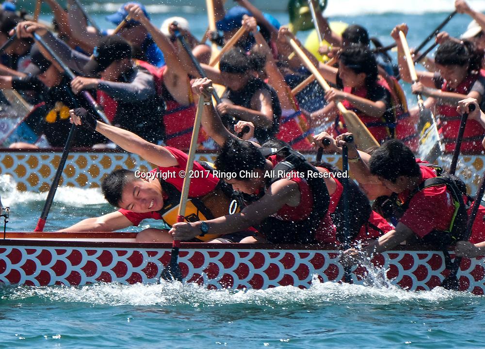 新华社照片,洛杉矶,2017年7月31日<br />     (国际)(8)第二十一届加州长滩龙舟节<br />     7月30日,参赛选手奋力划桨。<br />     在美国洛杉矶长滩市海滨体育场举行的第二十一届年度长滩龙舟节,吸引百余队上千选手参赛。长滩龙舟节是加州最大的龙舟比赛,同时也展示了中国古代龙舟赛的运动。<br />     新华社发(赵汉荣摄)<br /> Dragon Boat racers compete during a 500-meter race at the 21st Annual Long Beach Dragon Boat Festival at Marine Stadium in Long Beach, California, the United States, on July 30, 2017. The Long Beach Dragon Boat Festival is held every year in July at Marine Stadium to hosting the largest dragon boat competitions in California. It showcases the ancient Chinese sport of dragon boat racing. (Xinhua/Zhao Hanrong)(Photo by Ringo Chiu)<br /> <br /> Usage Notes: This content is intended for editorial use only. For other uses, additional clearances may be required.