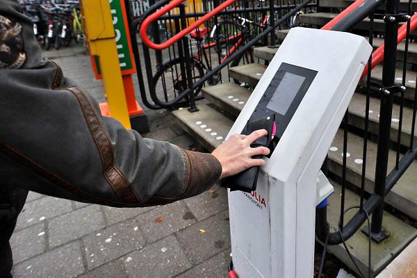 Nederland, Nijmegen, 3-1-2012Een student houdt zijn ov-chipkaart voor de kaartlezer.Foto: Flip Franssen/Hollandse Hoogte
