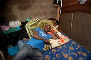 Sory Berthé, uit Malie, in een gemeenschappelijke slaapzaal voor 30 personen. Sinds 2011 wonen 150 Afrikaanse migranten in een voormalige fabriek in de Parijse voorstand Montreuil, omdat ze illegaal in Frankrijk verblijven, kunnen ze geen woonruimte huren. In het 450 m2 grote pand wonen jonge mannen uit Malië, Ivoorkust, Bukina Faso, Niger.