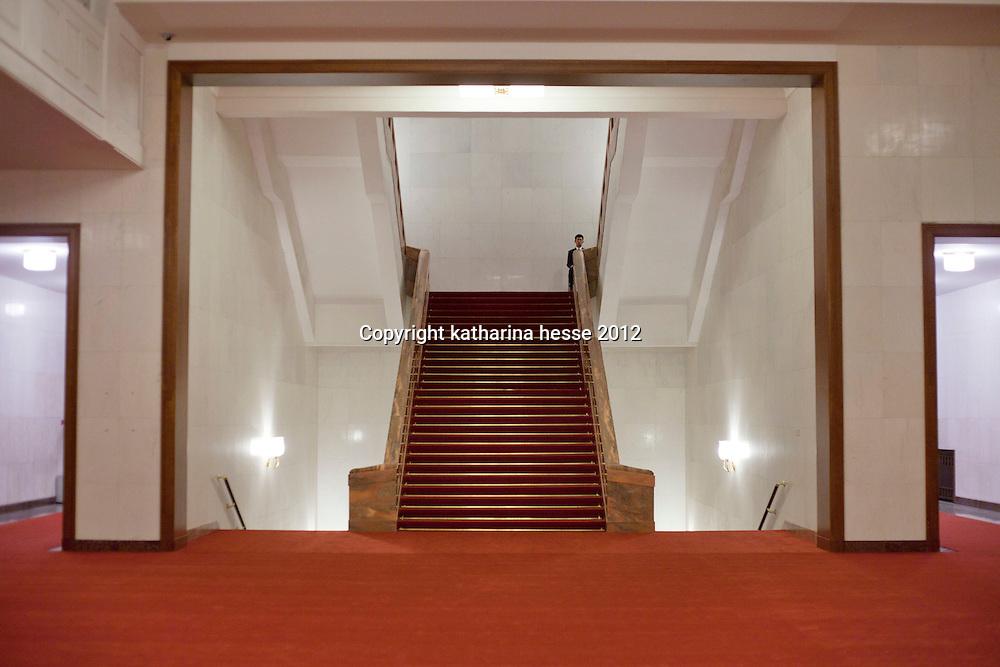 BEIJING, NOV. 8, 2012 : eine der vielen Aufgaenge in der Grossen Halle des Volkes.