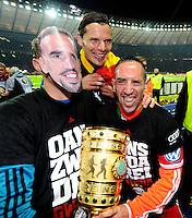 FUSSBALL       DFB POKAL FINALE        SAISON 2012/2013 FC Bayern Muenchen - VfB Stuttgart    01.06.2013 Bayern Muenchen ist Pokalsieger 2013: Tom Starke (li) traegt das gleiche Gesicht in Form einer Maske wie Franck Ribery (re). Daniel van Buyten (Mitte) lacht mit.