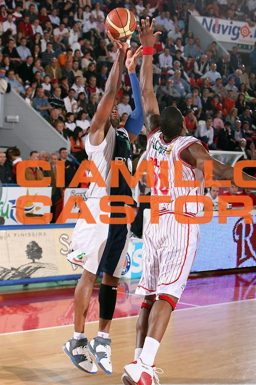DESCRIZIONE : Teramo Lega A1 2005-06 Navigo.it Teramo BT Roseto<br /> GIOCATORE : Martinez<br /> SQUADRA : BT Roseto<br /> EVENTO : Campionato Lega A1 2005-2006 <br /> GARA : Navigo.it Teramo BT Roseto<br /> DATA : 15/04/2006 <br /> CATEGORIA : Tiro<br /> SPORT : Pallacanestro <br /> AUTORE : Agenzia Ciamillo-Castoria/E.Castoria