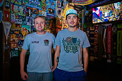 Calinhos Caloghero(E) e André Zimmermann(D) Sócios-proprietários do Brechó do Futebol. Foto: Marcos Nagelstein/ Agência Preview