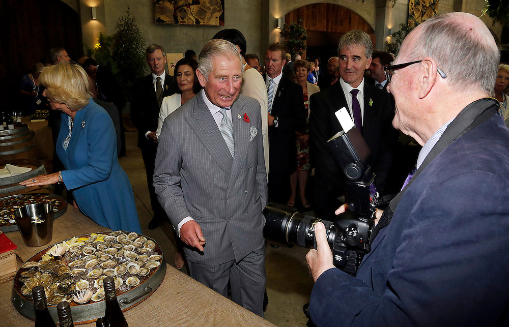 Prince Charles, Prince of Wales jokes with photographer Arthur Edwards during their tour of the Mahana winery near Nelson, New Zealand, Saturday, November 07, 2015. SNPA / Reuters, Anthony Phelps **POOL**